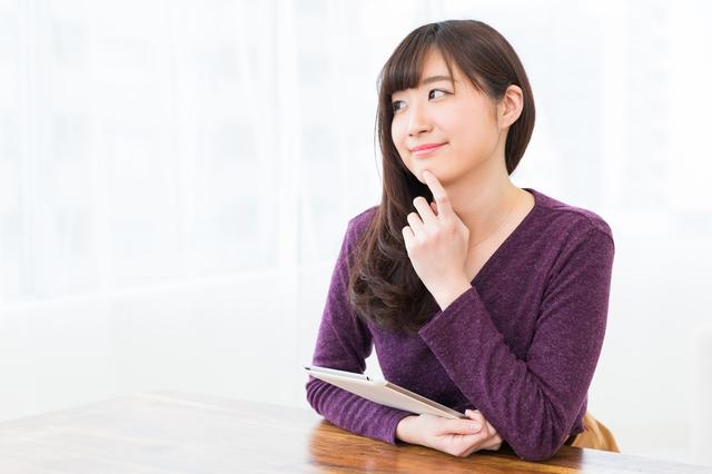 タブレットを持つ女性